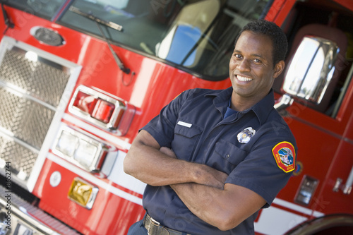 Photo Portrait of a firefighter by a fire engine
