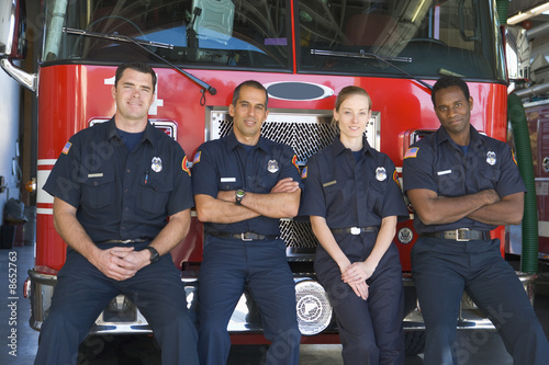 Photo Portrait of firefighters standing by a fire engine