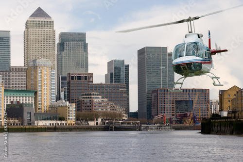 Staande foto Helicopter Helecopter Canary Wharf