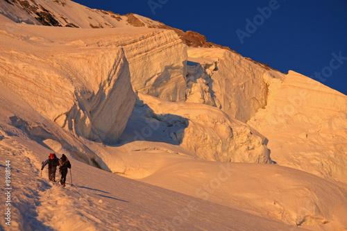 Valokuvatapetti Alpinistes au lever du soleil