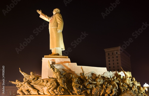 Photo  Mao Statue Heroes Zhongshan Square Shenyang Liaoning Night