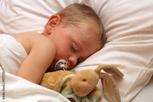 Fotografie, Obraz  Petit garçon dormant avec son doudou