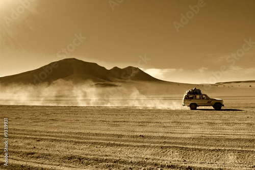 naturalne-tlo-jeep-na-pustyni-boliwii