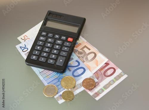 Fényképezés Taschenrechner mit Geld und Hand