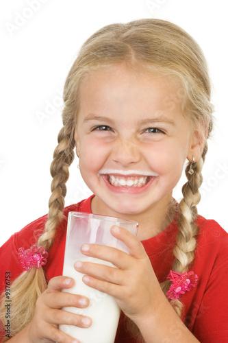Fotografie, Obraz  ein kleines mädchen lachend milch und einem milchbart