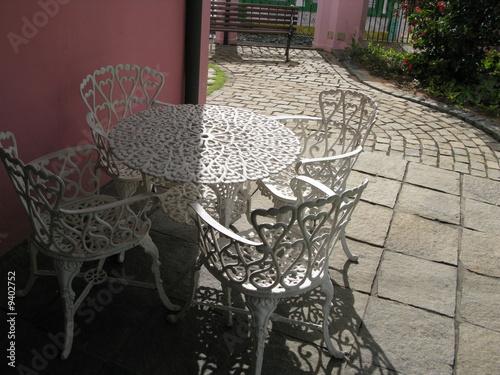 Table de jardin blanche en fer et chaises. – kaufen Sie dieses Foto ...