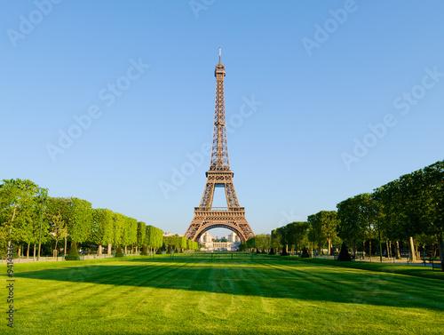 Papiers peints Paris The Eiffel Tower from the Champ de Mars.