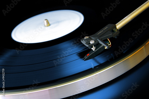Fotografia, Obraz  Close up on a vinyl record playing on a turntable