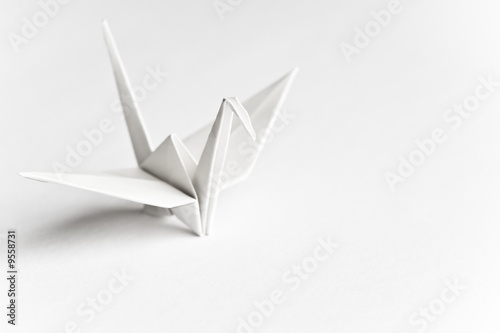 Photo An origami bird on a white background