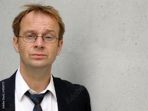 Fotomural  Geschäftsmann mit skeptischem Blick