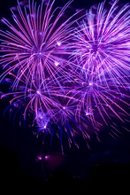 Violettes Feuerwerk In Einem D...