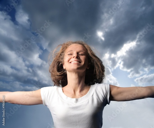 Valokuva  portrait of a happy woman with sky background