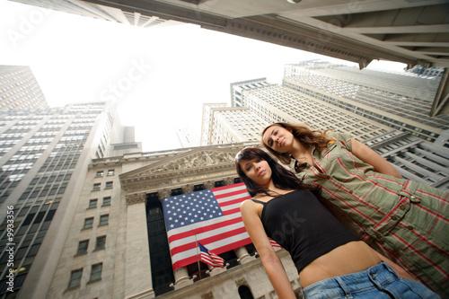Etiqueta engomada - Two young women near New York Stock Exchange