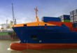 Containerfrachter beim Einlaufewn in Hafen