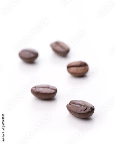 Keuken foto achterwand Koffiebonen Fünf einzelne Kaffebohnen isoliert auf weiß