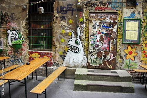 Terrasse De Café Avec Graffitis Allemagne Berlin Buy