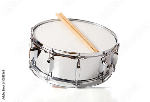 Fotografía  A new silver snare drum with sticks on a white background
