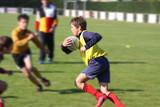 Jeune joueur de rugby face à ses adversaires