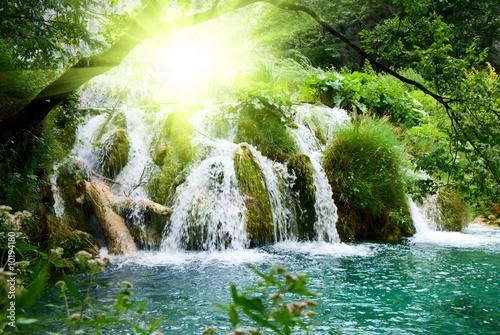 wodospad-w-glebokim-lesie
