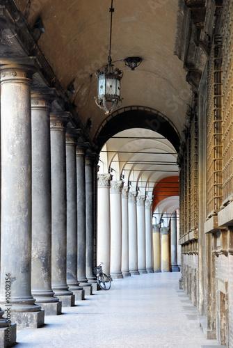 wlochy-bolonia-typowy-portyk-z-kolumnami