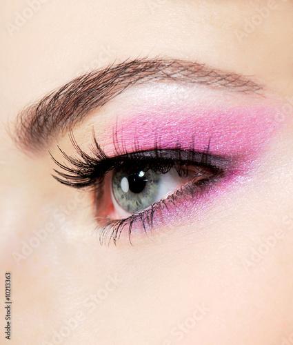 Foto op Plexiglas Beauty Stidio shot of a human eye with bright fashion pink make-up