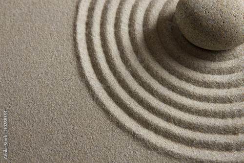 Foto op Plexiglas Stenen in het Zand Close-up of a stone on raked sand