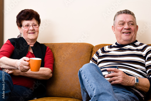 Photo Cousy scene of a elderly couple sitting and relaxing