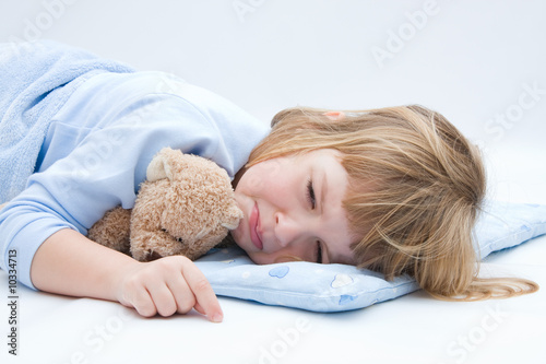 Foto child with teddy bear, sleeping and crying