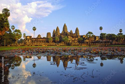 Fototapeta premium Świątynia Angkor Wat o zachodzie słońca, Siem Reap, Kambodża.