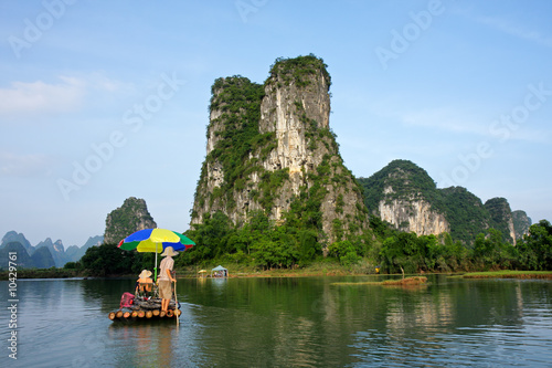 Deurstickers Guilin Bamboo raft with tourists on the Li river, Yangshou, China