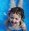 bimba che gioca in piscina