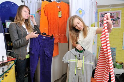 Fototapeta Girls pick out clothes to buy obraz na płótnie