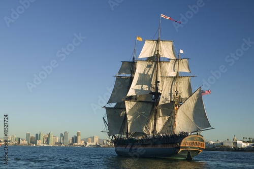 In de dag Schip Tall Sailing Ship with shoreline in the background
