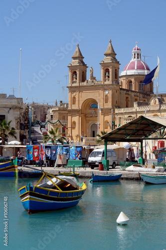 Poster de jardin Europe Méditérranéenne Malta Fischerboote vor Kirche in Marsaxlokk