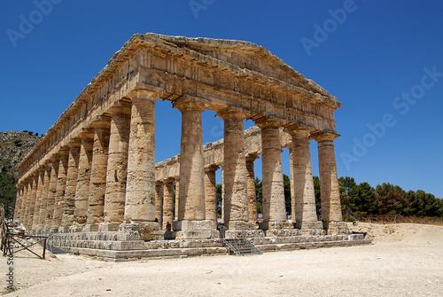 Valokuva Summer sky in the Greek temple in Segesta (Sicily, Italy)