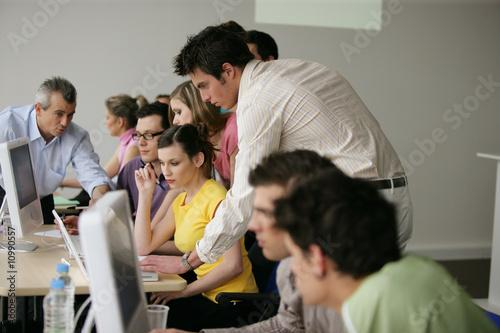 Fotografia  Młodzi dorośli w szkoleniu biznesowym
