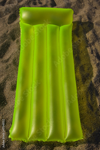 Photo airbed lying on a sand
