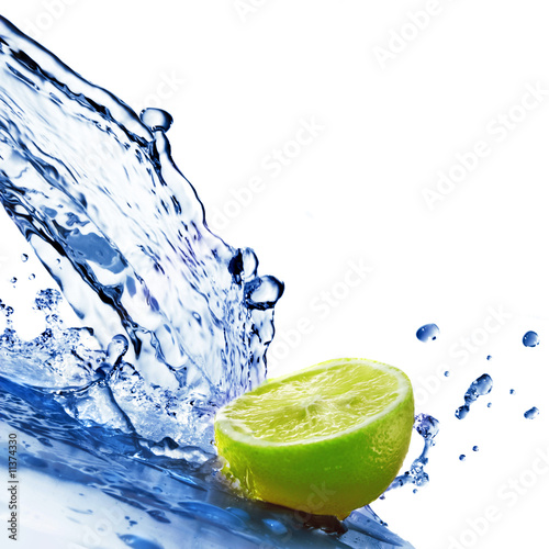 Poster Eclaboussures d eau fresh water drops on lime isolated on white