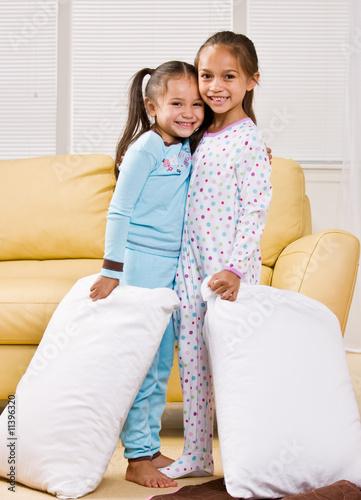 Fényképezés Girls in pajamas in livingroom