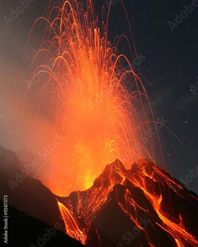 Poster Volcano Vulkanausbruch. Nächtliche Eruption am Vulkan Stromboli