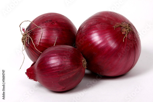 Fotografía  Red onions on the white background.