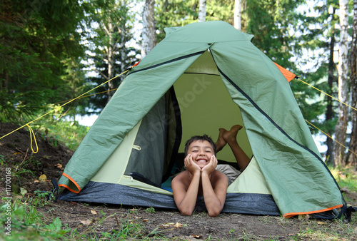 Poster Kamperen happy boy in camping tent