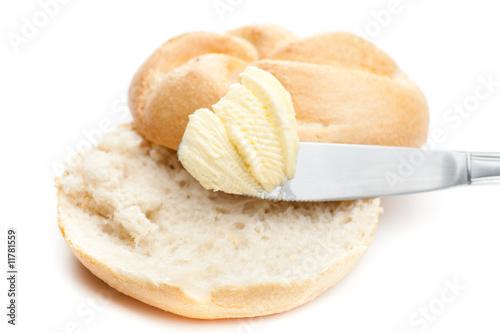 Offene Semmel mit Butter und Messer