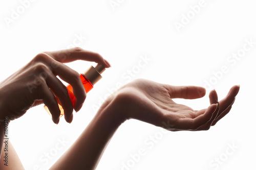 Photo  woman applying perfume on her wrist