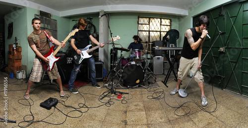 Fotografía  Rock band on garage