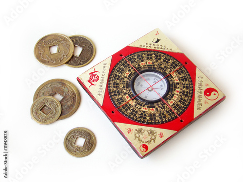 Fotografía  Feng shui compass and chinese coins.