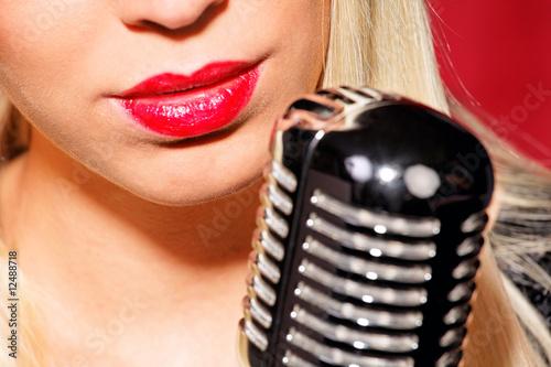 Fotografering  Junges hübsches Mädchen singt