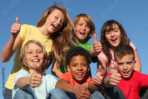 Photo  diverse grop of kids, children or tweens thumbs up