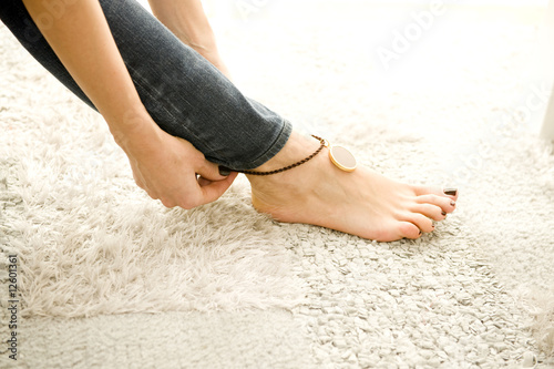 Photo woman putting on sexy anklet