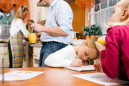 Kinder machen Hausaufgaben in Küche Fototapete